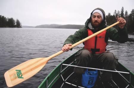 EKSPEDISJONPADLING: Det gjelder å velge riktig ekspedisjonsmakker. Mikkel Winsvold Staff er durkdreven både på padling, bål og matlaging. Foto: Ida Eri Sørbye