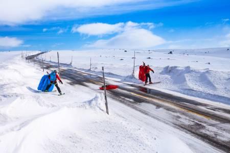 DRIVKREFTER: Når det blåser opp, kan det bli det vanskelige kjøreforhold over fjellovergangene. Men for en skiseiler som er avhengig av vinden stiller det seg annerledes. Illustrasjonsfoto: Matias Myklebust