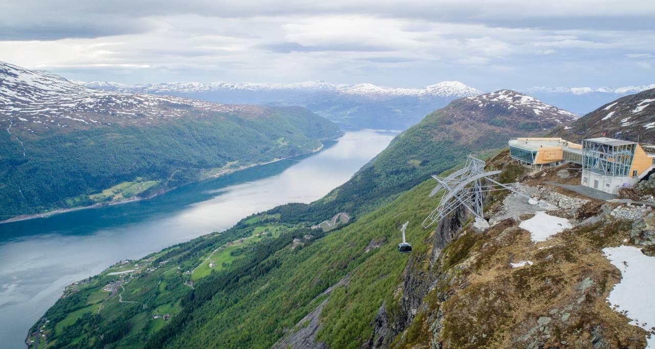 Med Loen Skylift kan du reise frå fjord til fjell på fem minutt, opp til Hoven 1011 meter over havet. Med over 80.000 besøkende er blitt ein formidabel turistattraksjon i Sogn og Fjordane. Illustrasjonsfoto: Lars Korvald