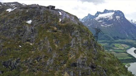 Romsdalseggen har blitt en populær tur, med fin utsikt ut over Romsdalsfjellene, med Trollveggen, Romsdalshorn og Vengetindene som de mest markante. Turen tar 6-8 timer, og regnes som middels krevende. Foto: Erlend Sande