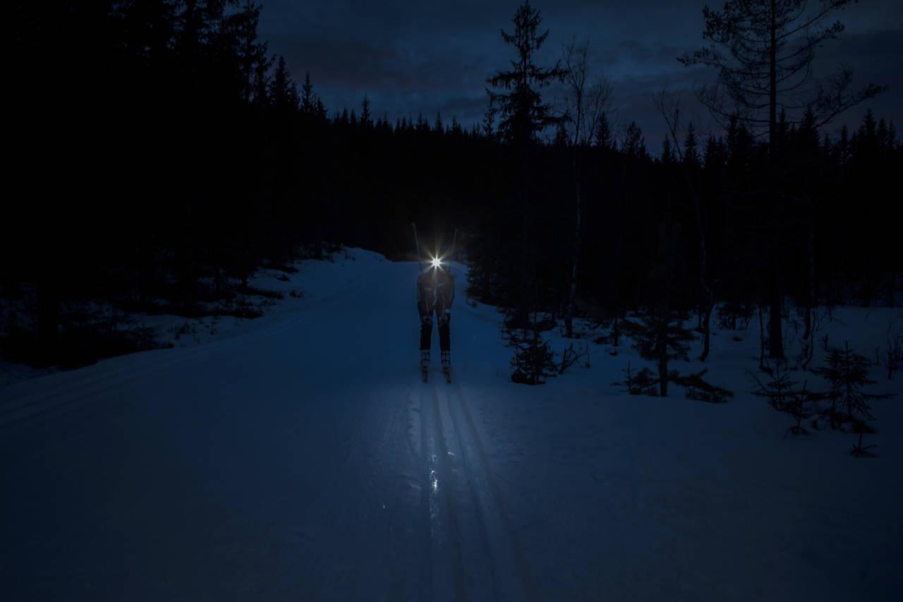 LYS I MØRKET: Med hodelykt er det mulig å være ute litt lenger. Foto: Pål Westgaard
