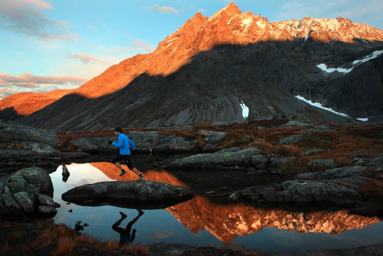 HØYT OG FRITT: Ola Hovdenak er godt kjent i fjellene i Romsdalen, etter utallige turer  både med ski og løpesko. Foto: Matti Bernitz