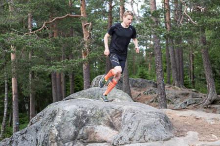 CAND LØPE: På pedagogisk vis tar orienteringsløper Carl Godager Kaas tar oss gjennom en ny sesong av Født til å løpe. Bilde: Christian Nerdrum