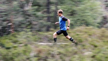 GLIR GJENNOM TERRENGET: Hold hodet i ro, sier løpsekspert Carl Godager Kaas. Bilde: Christian Nerdrum