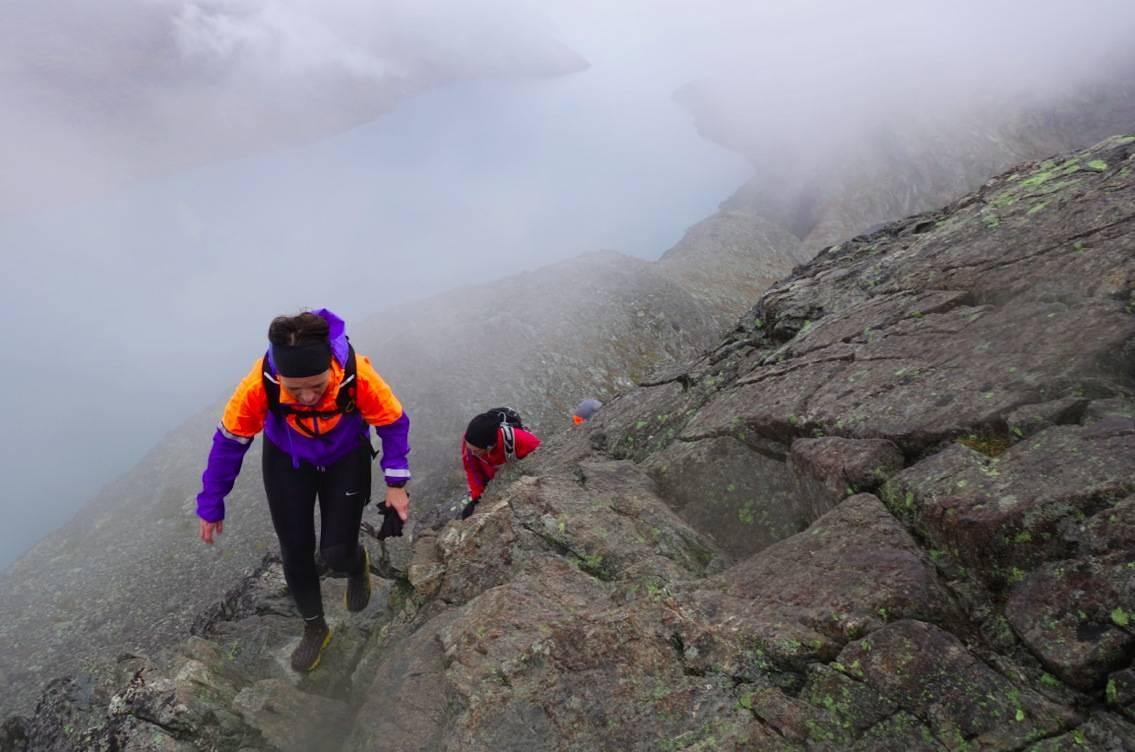 LUFTIG: Martine Haaland (foran) og de andre morgenjoggerne på vei opp det bratteste partiet på en av Norges mest populære fjellturer. Foto: Erlend Sande
