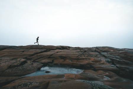 LØPING PÅ HVALER:  Løping på islagt svaberg er prisen du må betale for litt bar sti den kaldeste årstiden. Foto: Mats Kahlström