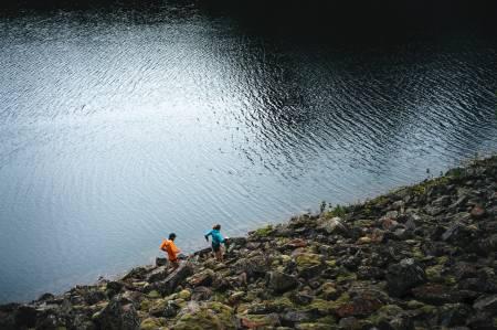 GRÅVÆRSLØPERENS GLEDER: Oslo sitt store stinett er en drøm å løpe på. Denne løpeturen starter på Solemskogen, her fra langs vannet Store Gryta. Foto: Mats Kahlström