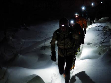 VINTER-STIRSDAG: Det er kanskje lite som minner om løping når vi tråkker oss gjennom snøen og opp til en topp, men den barnslige gleden er stor når vi kan flakse nedover med løssnø til knærne. Foto: Johannes Rummehoff