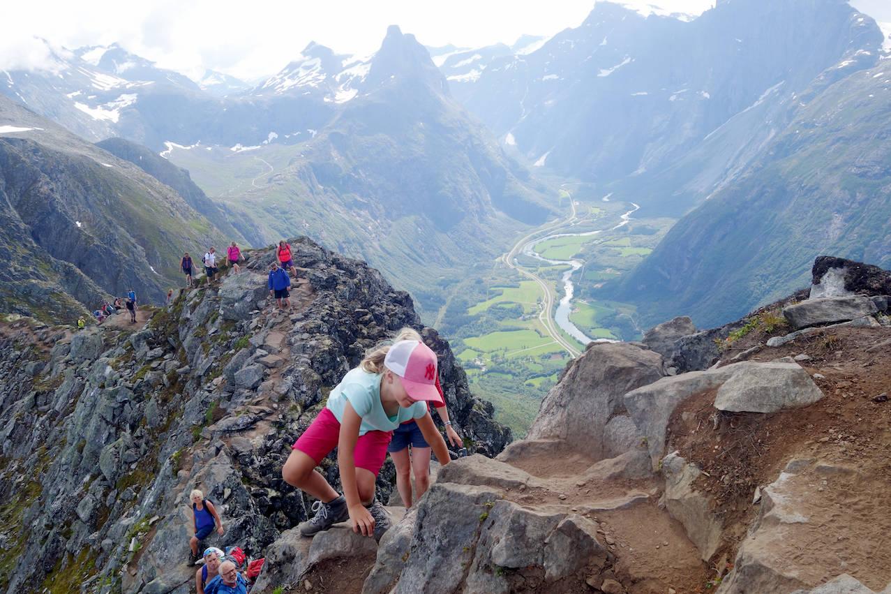 KLYVING: Romsdalseggen på sitt mest tekniske. Romsdalshorn i bakgrunnen. Foto. Erlend Sande
