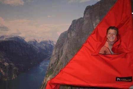 PRØVEKANIN: Det ble en hektisk festival for Heather Eliassen, som fikk prøvd seg på de fleste aktiviteter i rollen som festivaleventyrer. Her hengende i telt inne på Tindesenteret.