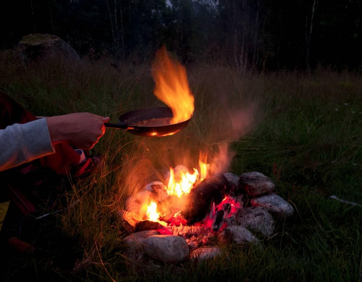 BÅLTID: Ikkje noko er betre enn bålflambert middag på menyen. Frå 15. september kan du fyre opp dei beste rettar direkte frå grillen. Foto: Sigrid Henjum
