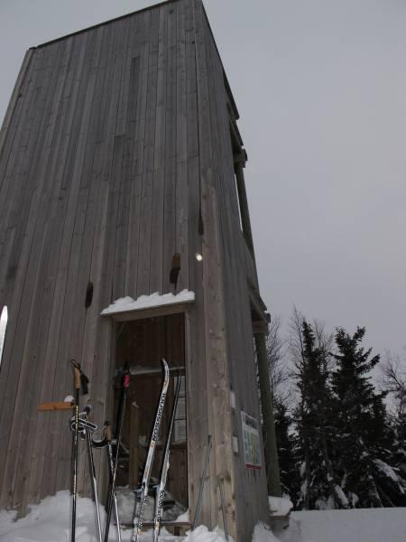 AKERSHUS: Fjellsjøkampen, Akershus Fylke, Hurdal kommune (812 moh.) På toppen er det bygget et utkikkstårn. Herfra kan en i klarvær se til Gaustadtoppen, Rondane og Jotunheimen. Fjellsjøkampen kan nås bade sommer som vinter, men på vinterstid er den nok ikke like populær. Vi slet litt med å finne veien, og på langrenn uten stålkanter føltes nedfarten som Kitesbühel…. Det ble mye latter som resultat av dette hvertfall! Enkel og kort tur som jeg kanskje heller vil anbefale å gå med fjellski.