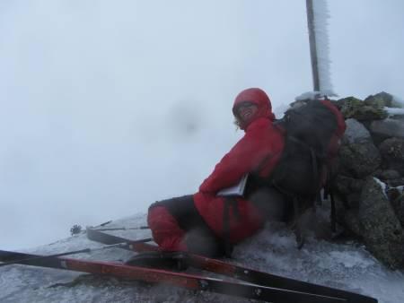 AUST-AGDER: Sæbyggjenuten ( 1507 moh.), ligger på grensen mellom kommunene Bykle i Aust-Agder og Tokke i Telemark. En fjellskitur. Ikke svært krevende, men en ganske så fin tur mht at det er rolig stigning og en del flate partier. Toppen ligger også i Setesdaleheiene og hadde det ikke vært for at vi hadde tåke tror jeg utsikten her er kjempeflott. Som bildet jeg har lagt ved viser til måtte GPS vise at vi var på riktig top og jeg ble nødt til å sette meg ned så sterk var vinden… friskt var det!
