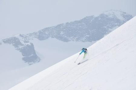OPPLAND: Galdhøpiggen, Lom kommune (2469moh.) Det er vel få som ikke kjenner til Norges høyeste fjell og at det er vel så populært å gå denne på ski som til fots på sommeren. Vi gikk turen på randoneeski. Det råeste med denne turen er alle høydemeterene man får ned igjen, som må være et sted rundt 1300 meter. Turen er langt fra krevende så lenge man gir seg god tid, og utsikten har jeg hørt er en av de beste. Nå skal det sies at vi stod ved steinhytta i tett tåke, men hadde en lekende og fantastisk kjøretur ned igjen. Ingen dum topp å dra tilbake til, og noe av det beste er jo at turen er så tilgjengelig. Man kan bo på Spiterstulen og gå rett ut døra etter å ha spist verdens deiligste frokost.