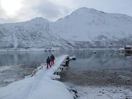 FINNMARK: Øksfjordjøkelen, Loppa kommune, (1204 moh) Øksfjordjøkelen er Norges niende største isbre med 46 kvadratkilometer. Helt fram til 1920 var breen så stor at den, som Europas eneste bre, kalvet direkte i havet, og Jøkelfjorden var til tider full av isfjell. På det store isplatået får du følelsen av å stå på Finnmarks tak. Turen til Jøkelen tok oss to forsøk – to helt fantastiske turer. Den første i påsken 2012 med 60 cm pudder og randonee ski. Vi gikk bokstavelig talt på ski fra brygga i Tverrfjord, mens andre forsøk begynte til fots i Jøkelfjorden i september med fjellski på sekken. Turen til Øksfjordjøkelen kan være relativt krevende, men også relativt moderat, det kommer an på hvor man går den fra. På sommerstid er det svært populært med brevandring og utsikten er fantastisk. Turen skiller seg riktignok noe ut vet at selve punktet var nesten umulig å finne eksakt da det er et punkt midt oppe på platået. For å være på den sikre siden gikk vi en del frem og tilbake der GPSen viste til den høyeste høyden.