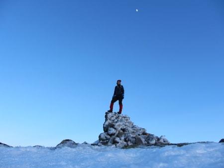 VEST-AGDER: Urddalsknuten (1434 moh) ligger på grensen mellom kommunene Sirdal i og Valle. Urddalsknuten ligger i Setesdalsheiene, nok et fantastisk område jeg ikke har utforsket før. Turen er best egnet på fjellski og det er en fordel at det er trygg is på vannene da det korter ned turen en del. I utgangspunktet er det ikke så veldig krevende å gå opp til toppen, men igjen er dette en tur som har en såpass lang innmarsj fra startstedet (Berg i Valle) at turen blir nokså krevende om man ikke deler den opp. Vi gikk direkte til toppen og brukte ca 10 timer. På veien passerte vi to DNT-hytter, først Stavskar og deretter Bossbu hvor vi overnattet på vei ut igjen. Det beste var vel å ramle inn der på kvelden og bli møtt av en blid sørlending som hadde varmet opp hytten og hadde et glass rødvin klart til hver av oss. For ikke å snakke om de ca. to hundre reisndyrene vi så på toppen i solnedgangen! Da så Gunnar og jeg på hverandre og trodde nesten ikke det var mulig. Snakker om National Geographic rett inn i stua!