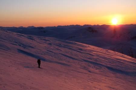 SØR-TRØNDELAG: Storskrymten (1985 moh). Toppen markerer grensen mellom de tre kommunene og fylkene Oppdal i Sør-Trøndelag, Sunndal i Møre og Romsdal og Lesja i Oppland. Fjellet ligger i Dovrefjell-Sunndalsfjella nasjonalpark. Camilla Ringvold og jeg hadde tidenes tur ved å kjøre bil til Dovre, sykle til Snøheim og deretter gå på fjellski til toppen av Snøhetta. Der stod vi i en av de vakreste solnedgangene jeg har sett og samtidig så vi toppene fra Rondane stikke opp i det fjerne, og målet vårt, Storskrymten på andre siden. Etter overnatting på Åmotdalshytta gikk vi en fin dagstur til Storsrkymten hvor vi synes det var veldig gøy å løpe rundt varden på toppen og på 15 sekunder ha vært innom tre fylker (!). Været var ikke å klage på, vi kunne like så gjerne gått i shorts og 1.mai da vi gikk ut fra området så vi folk i tog på vei til Snøhetta. Om ikke alt dette var nok så vi en flokk moskuser på veien ut også! Det er alltid spennende på eventyr!