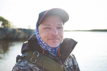 DELER KUNNSKAP: – Vern og forståelse av naturen er en viktig del av min friluftsopplevelser, sier Bjørn Tore Kjølholt. Han driver en av Norges mest populære fiskeblogger. Foto: Kristoffer Kippernes
