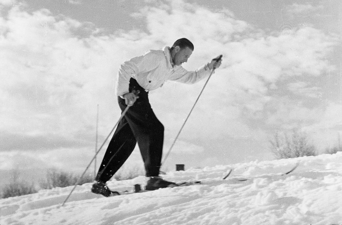 BLÅSWIX-HISTORIE: Martin Matsbo anno 1946, godt igang med testingen av festevoks. Foto: Swix.