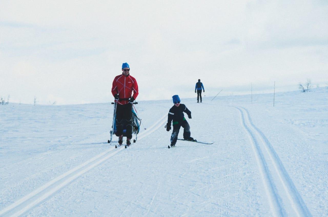 UT AV SPORET: Med blanke ski er det enklere å få god glid, og det er morsomt når man klarer å få litt fart på flata. Foto: Gunhild Aaslie Soldal