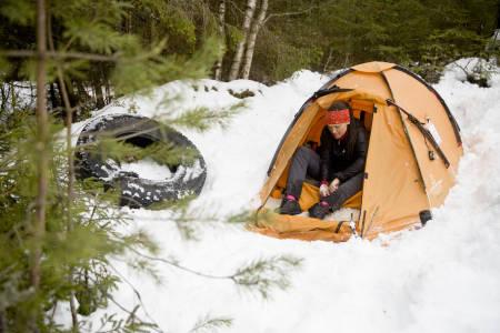 Siden oktober 2015 har Vibeke Sefland bodd i telt og hatt elgen som nærmeste nabo. Foto: Line Hårklau