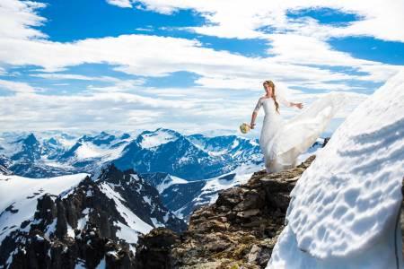 KJOLE OG VIDT: For Karen og Bård Rebbestad Løkken var Skårasalen det naturligste sted for bryllupsfotografering. Bildene er tatt av bryllups- og ekstremsportfotograf Terje Aamodt.