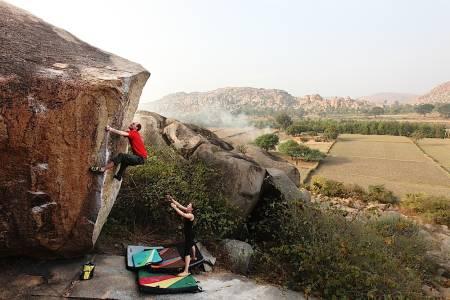 Eskild Rognes prøver seg på Double arete (7B) i Hampi, India. Foto: Dag Hagen