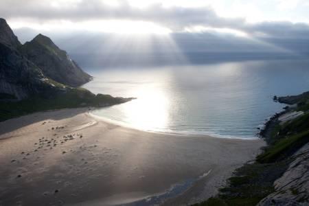 ÅPENBARING: Nesten hver eneste sommer kåres Bunesstranda til en av Norges vakreste strender. Når du selv har besøkt den vakre sandstranden, lurer du på hvorfor det ikke kan slås fast en gang for alle. Foto: Kristin Folsland Olsen