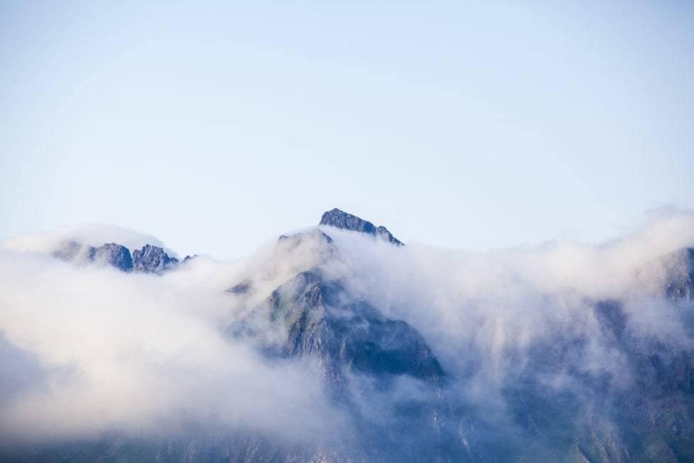 TÅKE: Det lille tåkelaget smøg seg over fjelltoppene og ble borte et sted i havet. Foto: Marte Stensland Jørgensen