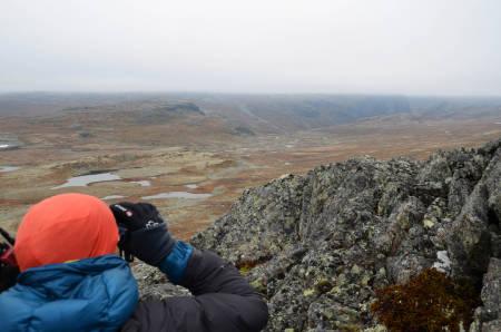 TÅKEHEIMEN: Det er ikke vits i å gå over 1600 meter i dag. Tåka ligger som et tett tak over hele dalen.