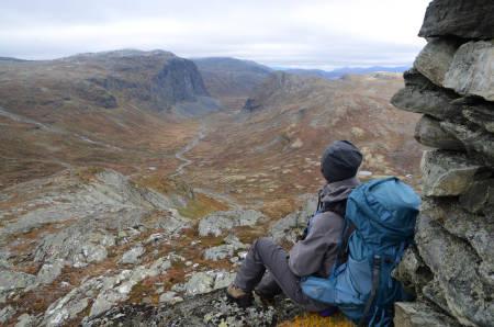 OPP PÅ TOPP: Utsikten er det ingenting å si på. Anita H.N. Lappegard nytter noen av jakthelgene til å bli med på fjelltur.