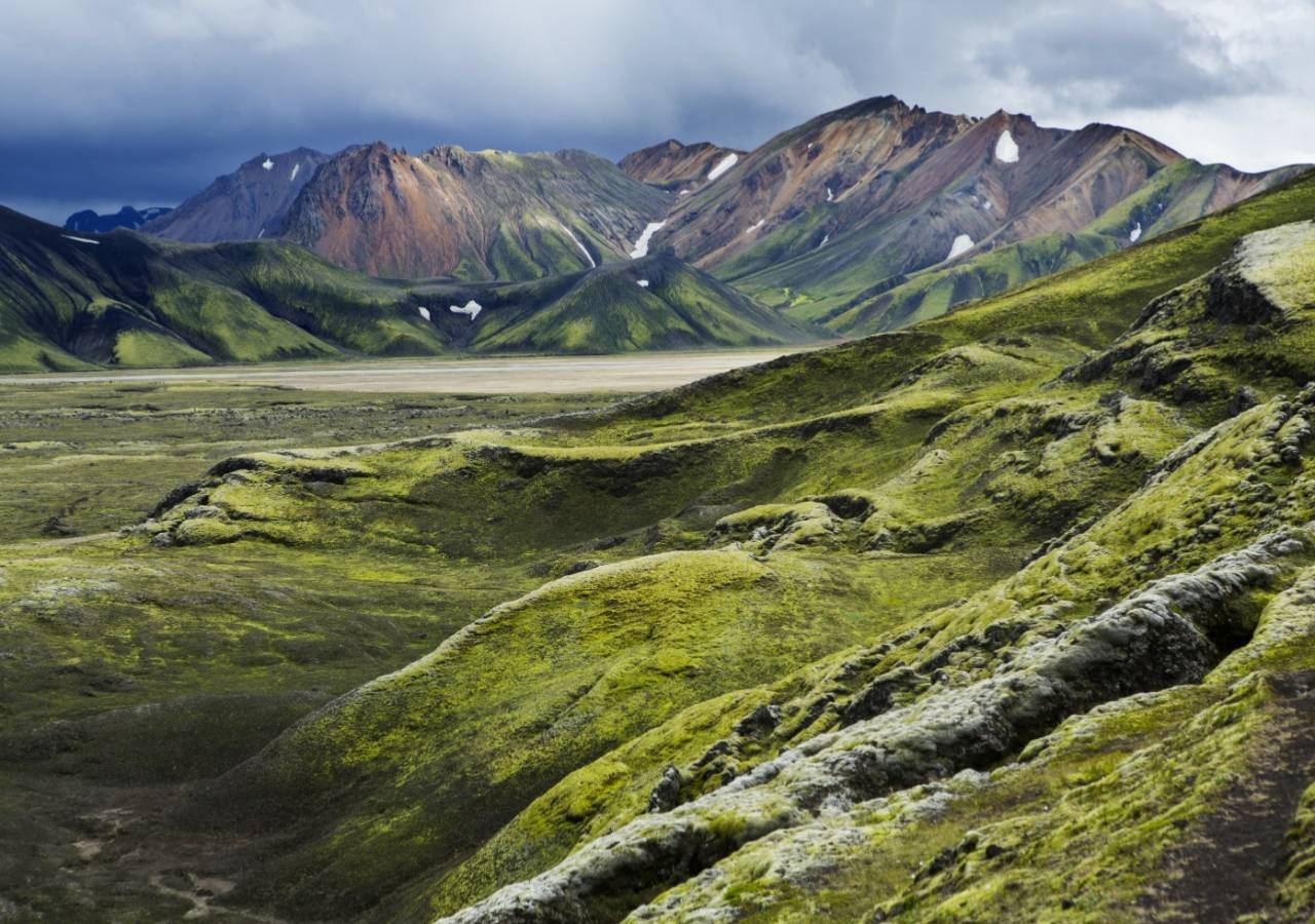 Etter flere ukers vandring gjennom steinørkenen, dukker de vakre fjellene nær Landmannalaugar opp, til stor glede for en sliten vandrer!