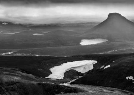 På vei over et fjellpass kommer «The Lonely Mountain» til syne under tåkedisen, med Europas største isbre i bakgrunnen, Vatnajökullen.