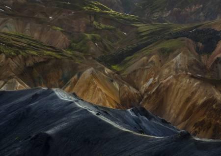 Utsnitt av Laugavegur med de karakteristiske ryholitt-fjellene i bakgrunnen.