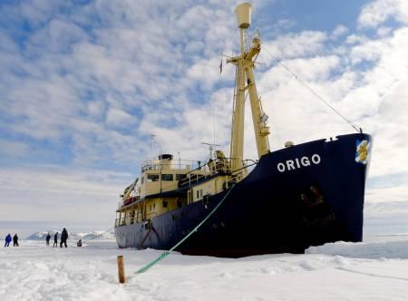 BASEN: MS Origo har lagt til i pakkisen på 81 grader nord.