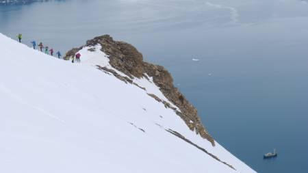 LANG REKKE: Sporene kan legges rett opp fra sjøen, båten ligger på fjorden.