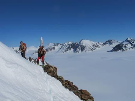 POLARTINDER: Det nordvestlige hjørnet av Svalbard har fjell som frister alle skientusiaster.