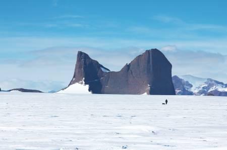 HOLTANNA: På vei mot Holtanna i Fenriskjeften. Et av mange fjell som stikker opp av isen.