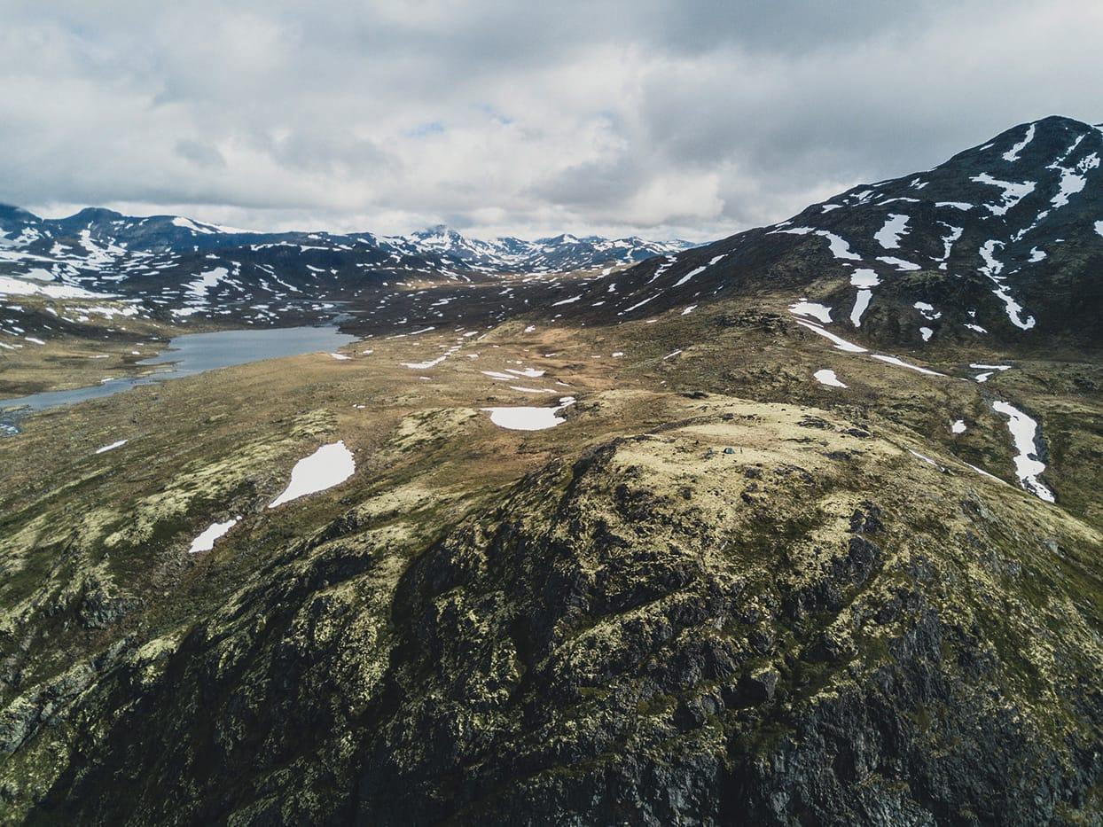 SER DU OSS? Her finst ingen fjellfie-kø, berre mjuk mose og uendeleg med utsikt. Foto: Line Hårklau