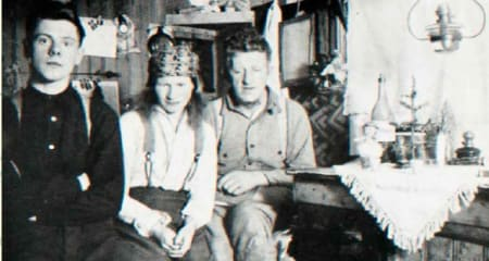 FESTPYNTET: Alf, Wanny, Anders og julefeiring i en bistasjon. Foto: Svalbard Museum