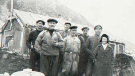 AVSKJED: «Nå må du være snill med ho fru Woldstad,» sa kaptein Svendsen da mannskapet satte Wanny og Anders i land i Hyttevika i 1932. Foto: Svalbard Museum