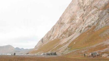 TØFT TERRENG: «Svalbard har gått meg i blodet og jeg kan ikke tenke mig andre steder enn å leve der» skriver Wanny Woldstad. Bildet er fra Fuglefjell, som nå kalles Gnålodden. Mellom hovedstasjonen og bistasjonene ble det satt ut revefeller og selvskuddkasser som måtte røktes med jevne mellomrom.
