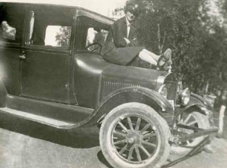 DROSJEDAME: Nord-Norges første kvinnelige drosjesjåfør var visst den første som hadde varmeapparat i bilen. Om bord steg forfrosne fangstmenn.
