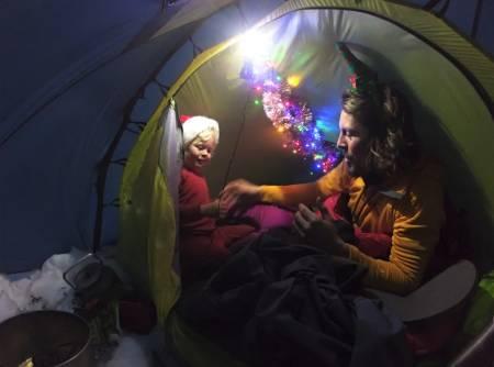 KVALITETSTID: – En flott opplevelse som vi hadde hver eneste kveld var å ligge å lese i adventsboken til Mina mens teltet var pyntet til jul med både glitter og lys. Foto: Alexander Read