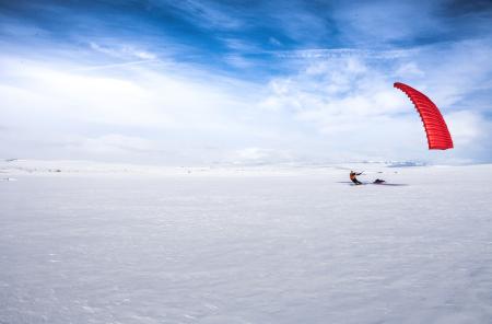 GOD DRIV: Med vind i seilet slukes kilometerne over snødekte myrer. I bakgrunnen skimtes Hallingskarvet. Foto: Matias Myklebust