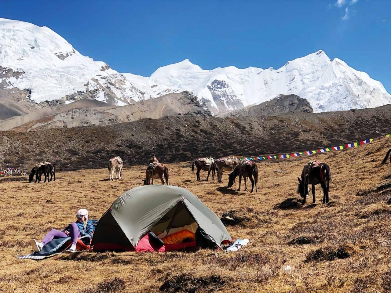 HJEMMEKOSELIG: En brukbar teltplass i hovedleiren til fjellene i bakgrunnen, deriblant gudinna, Himlung Himal. Foto: Moa Hundseid