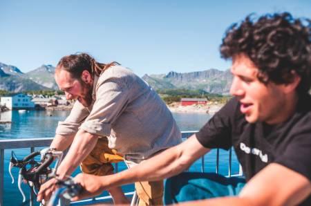 Brødrene Wegge (her ved to av dem), har funnet ut at Lofoten er den beste leve- og lekeplassen. Her kan de gjøre alt, sommer som vinter. Foto: Marte Stensland Jørgensen