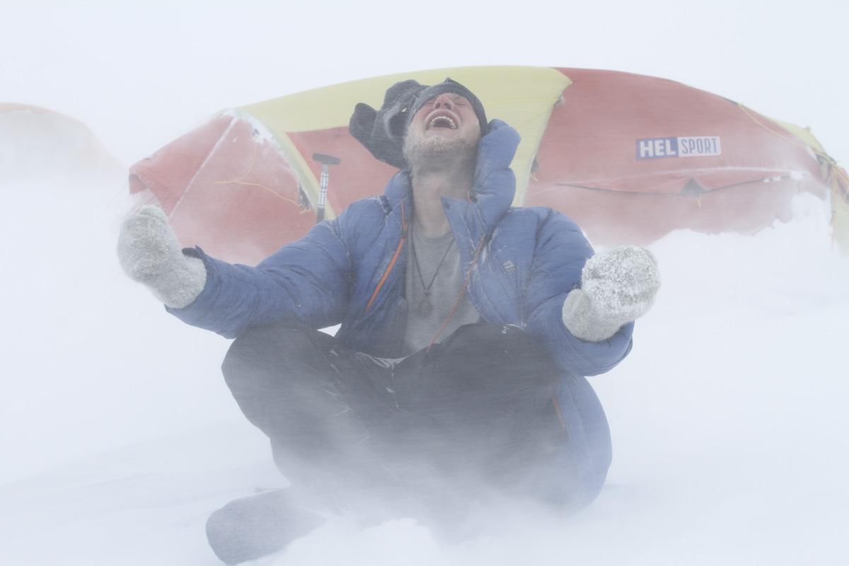 Teodor Johansen slipper jubelen løs etter at kryssingen av Antarktis er fullført. Han ble verdens yngste til å krysse Antarktis i en alder av 20 år.
