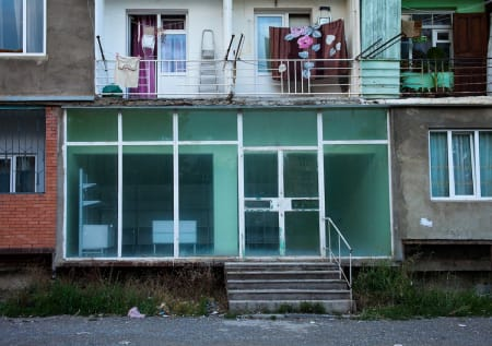 GEORGIA: Boligblokk i Gori. Foto: Hans Aage