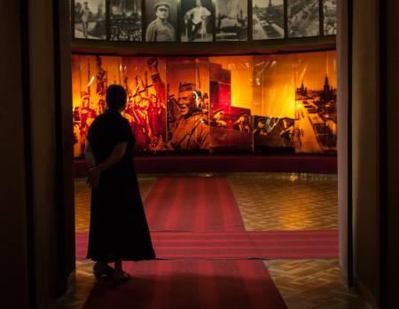 PASSES PÅ: Museumsvakt på Stalinmuseet. Foto: Hans Aage
